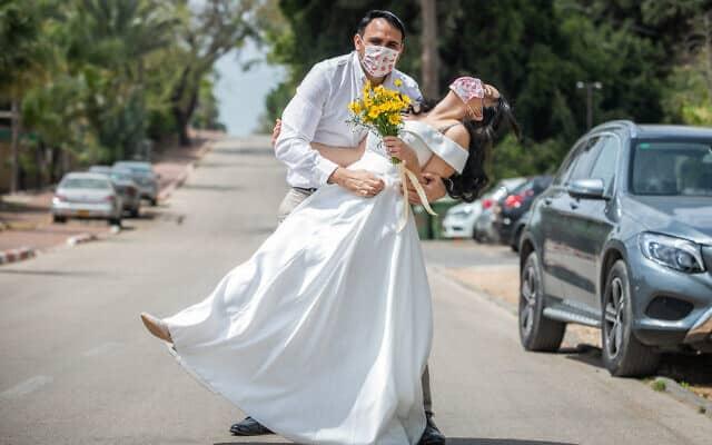 חתונה בצל הקורונה: אילוסטרציה, למצולמים אין קשר לנאמר (צילום: Yossi Aloni/Flash90)