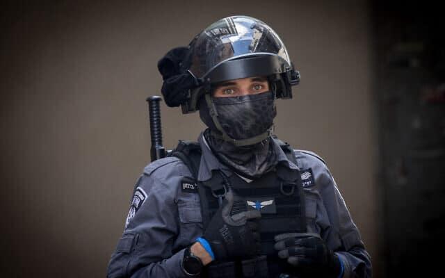 שוטר אוכף את הסגר בשכונת מאה שערים בירושלים, אילוסטרציה, למצולם אין קשר לנאמר (צילום: Yonatan Sindel/Flash90)