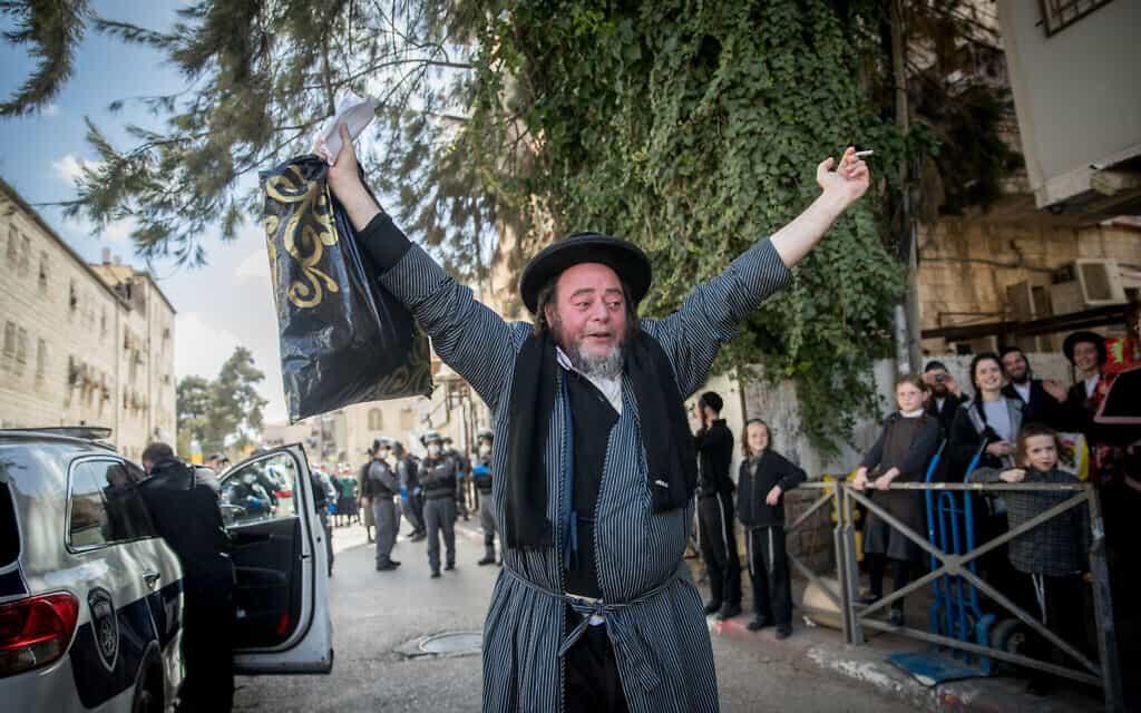 שכונת מאה שערים בירושלים, בעת אכיפת תקנות הקורונה. למצולמים אין קשר לנאמר (צילום: Yonatan Sindel/Flash90)