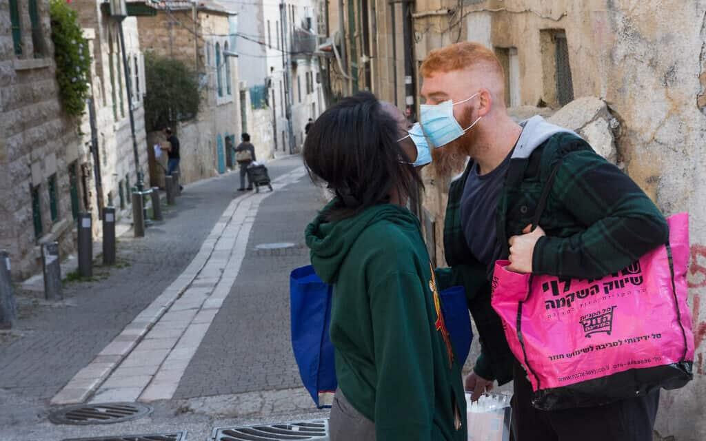 משבר הקורונה: זוג ירושלמי, אפריל 2020 (צילום: Nati Shohat/Flash90)