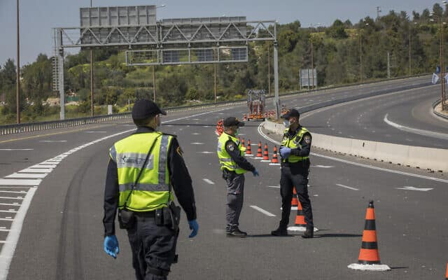 המשטרה סגרה את כביש 1 בערב חג הפסח. 15 באפריל 2020 (צילום: נתי שוחט/פלאש90)