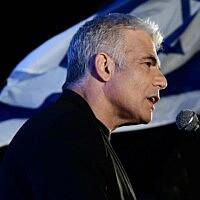 יאיר לפיד בהפגנה בכיכר רבין, ב-19 באפריל 2020 (צילום: תומר נויברג/פלאש90)