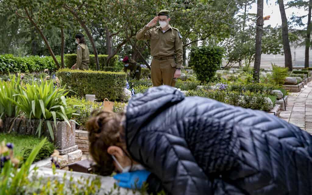 הטקס הצבאי בבית הקברות הצבאי בהר הרצל, 26.4.2020. (צילום: Olivier Fitoussi/Flash90)