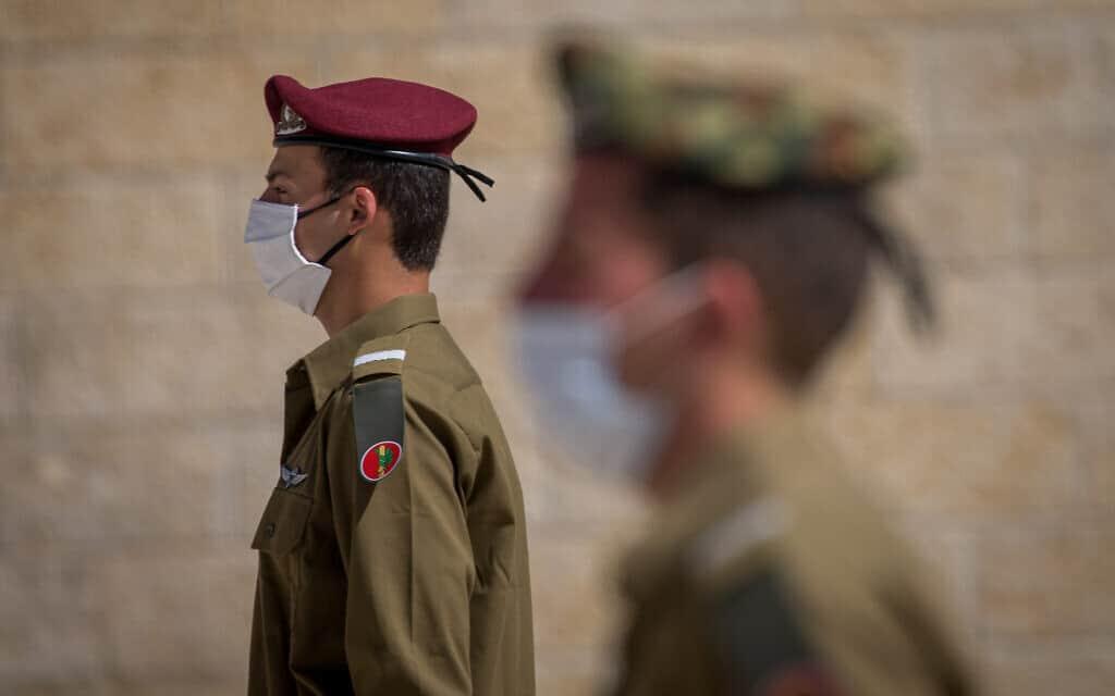 """.חיילי צה""""ל עומדים בצפירת יום הזיכרון 2020 (צילום: Yonatan Sindel/Flash90)"""