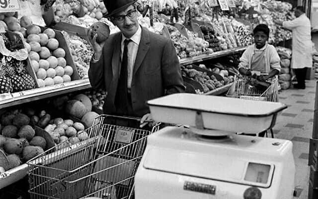 גראוצ'ו מרקס בסופרמרקט שלו בלואר איסט סייד, 1963 (צילום: הנרי דאומן/daumanpictures.com, כל הזכויות שמורות)