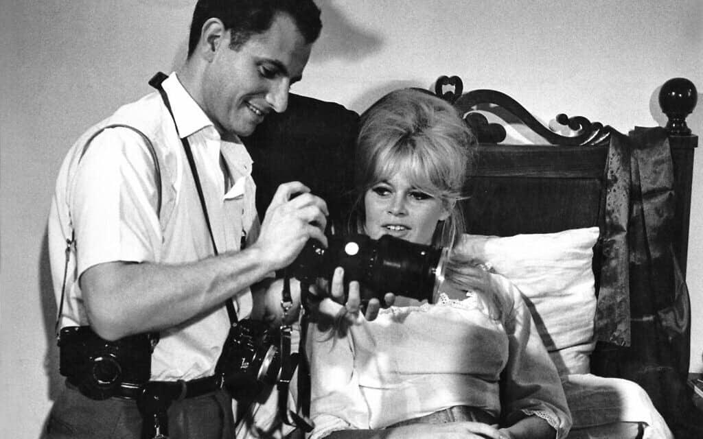 """הנרי דאומן עם בריז'יט בארדו על הסט של """"רומן חשאי ביותר"""", 1961 (צילום: הנרי דאומן/daumanpictures.com, כל הזכויות שמורות)"""
