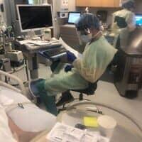 """ד""""ר רם רות ורופאים נוספים בזמן משמרת בבית החולים הר סיני בקווינס (צילום: באדיבות ד""""ר רם רות)"""
