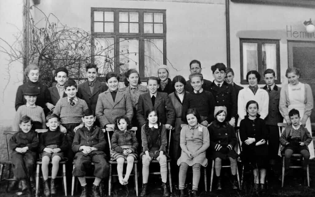 תמונה קבוצתית של ילדים בבית יתומים בטולארפ, בדרום שוודיה, שצולמה ככל הנראה זמן קצר לאחר הגעתם, בפברואר 1939. אוטו אולמן עומד בשורה האמצעית, שני משמאל (צילום: אליזבת אוסברינק)