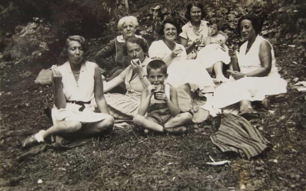 פיקניק משפחתי בווינרוואלד (יער וינה). משמאל: דודתו של אוטו מצד אביו, גרתה (שנמלטה לאנגליה), אליזה אולמן, אוטו אולמן (אוכל כריך). מאחורי אליזה יושבת אמה. זהותן של השאר אינה ידועה (צילום: אליזבת אוסברינק)
