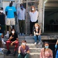 לאה הכט ומתנדבים אחרים המרכיבים ומספקים אריזות מזון בדרום תל אביב, 3 באפריל, 2020 (צילום: באדיבות המרכז לקידום פליטים אפריקאים)