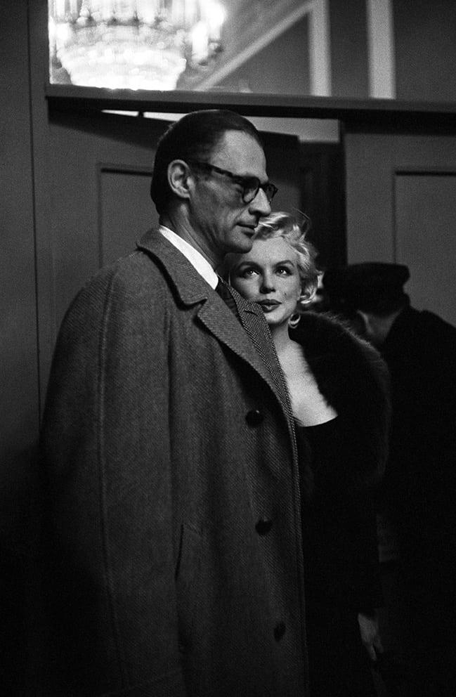 """מרילין מונרו וארתור מילר בהקרנה פרטית של """"חמים וטעים""""ב-1959 (צילום: הנרי דאומן/daumanpictures.com, כל הזכויות שמורות)"""