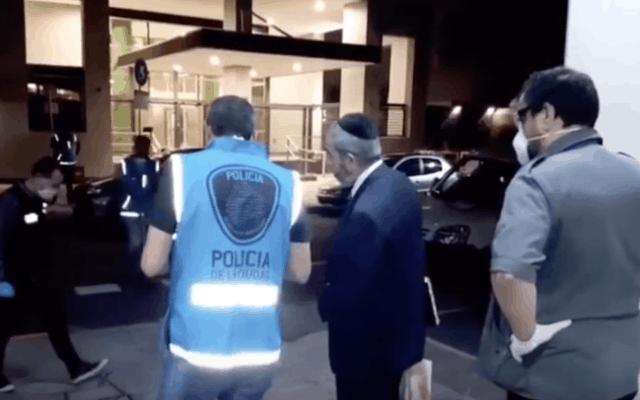 משטרת ארגנטינה פושטת על מקווה בצפון בואנוס איירס, 22 במרץ 2020 (צילום: צילום מסך מיוטיוב/באמצעות JTA)