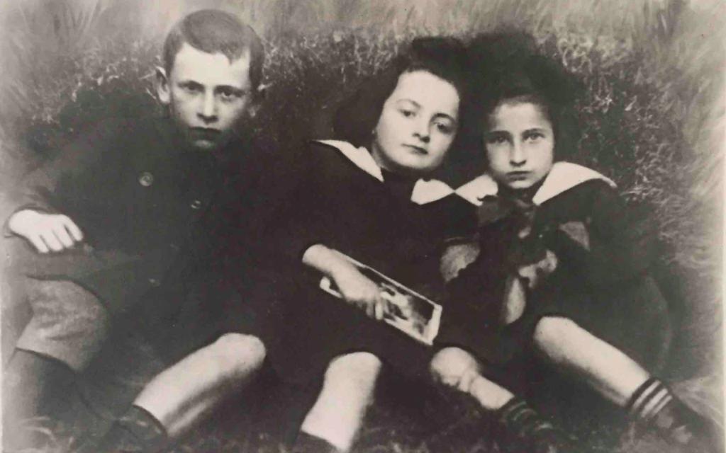 סאלה גלאס (במרכז) עם שני בני דודים בכשאנוב, בסביבות 1916 (צילום: באדיבות הדלי פרימן)