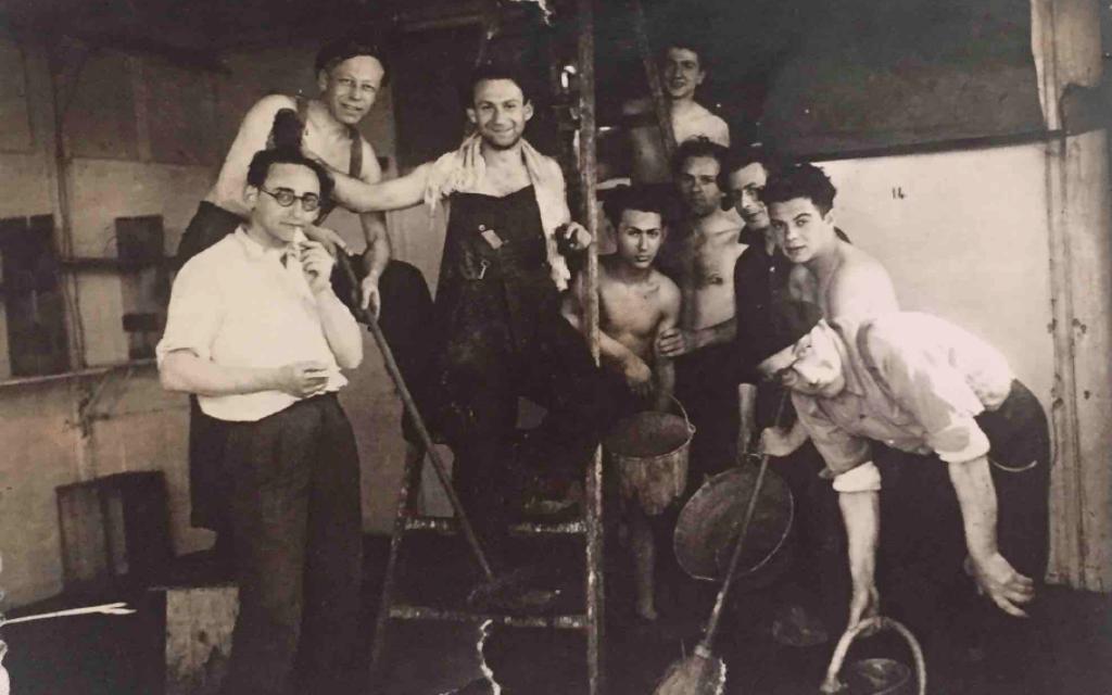 ז'ק גלאס (משמאל) עם אסירים אחרים בפיטיבייה, ב-1942 (צילום: באדיבות הדלי פרימן)