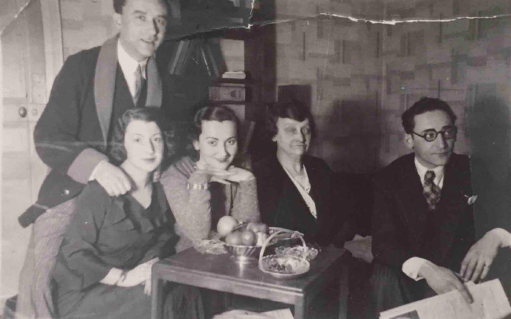 משמאל: הנרי גלאס עומד מאחורי אשתו סוניה, סאלה גלאס, חיה גלאס וז'ק גלאס בדירתם של הנרי וסוניה בפריז, זמן קצר לאחר נישואיהם (צילום: באדיבות הדלי פרימן)