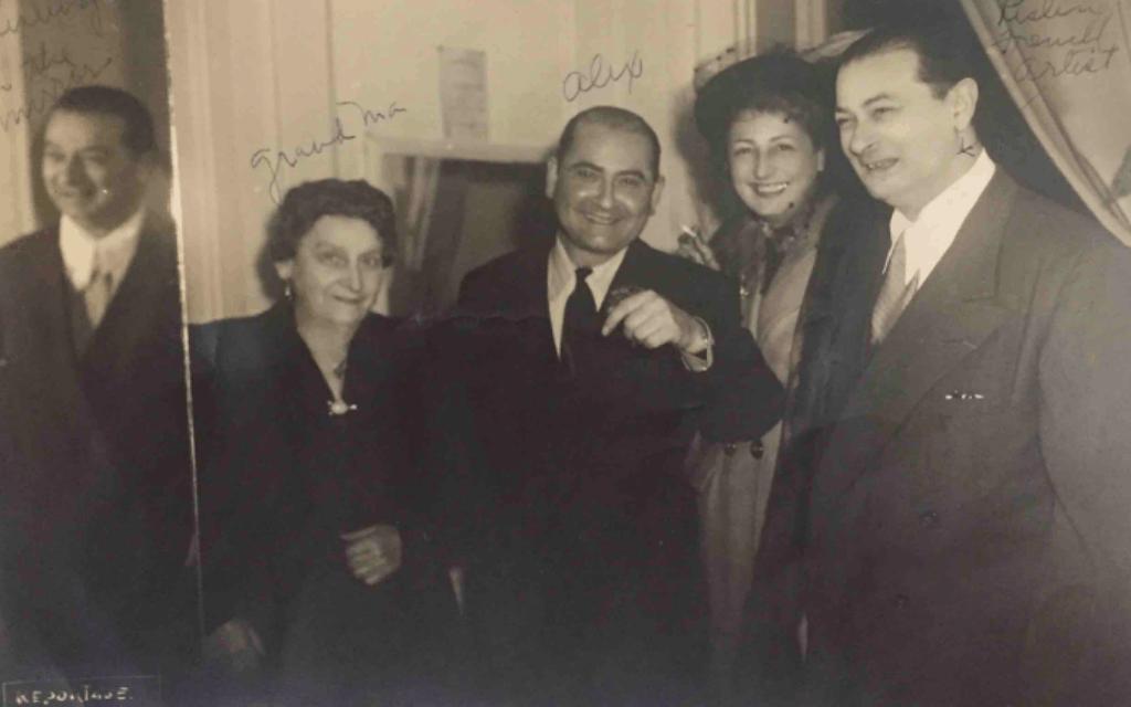 חיה גלאס, אלכס מגי (גלאס), ידידה והאמן משה קיסלינג באחת מתצוגות האופנה של אלכס בפריז, שנות ה-50 (צילום: באדיבות הדלי פרימן)