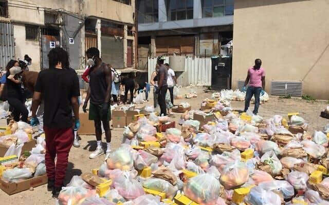 מתנדבים מהמרכז לקידום פליטים אפריקאים מתכוננים לשליחת אריזות מזון למבקשי מקלט מאפריקה בדרום תל אביב, 3 באפריל, 2020 (צילום: באדיבות המרכז לקידום פליטים אפריקאים)