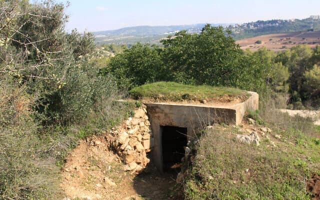 בונקר שהיה בשימוש על ידי כוחות ערביים ליד בית מאשיר מחוץ לירושלים. מטוס שכלל את טייס ה-RAF, יריב שנייבוים, התרסק מחוץ ליישוב במהלך מבצע ב-1948 (צילום: שמואל בר-עם)