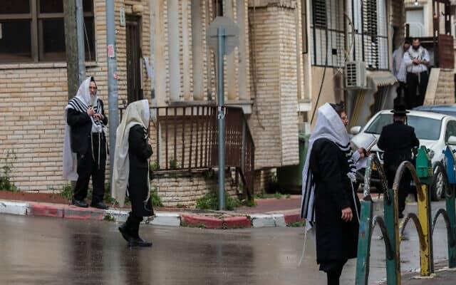 תפילה ברחוב בבני ברק בזמן מגיפת הקורונה (צילום: יוסי זמיר, פלאש 90)