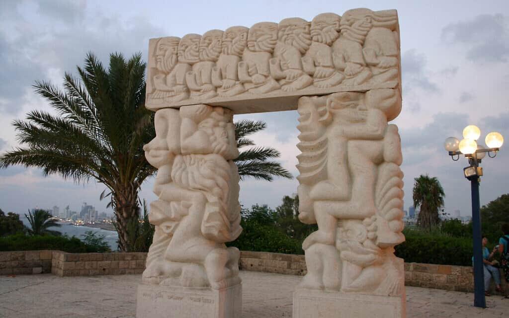 """""""שער האמונה"""" בגן אברשה ביפו העתיקה, המפוסל מאבן גלילית, מתאר את נפילת ירחו, סולם יעקב ועקדת יצחק (צילום: שמואל בר-עם)"""