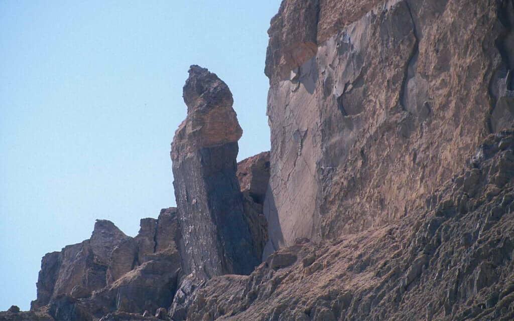 """עמוד שעל פי המסורת התנ""""כית הוא אשת לוט בהר סדום ליד ים המלח (צילום: שמואל בר-עם)"""