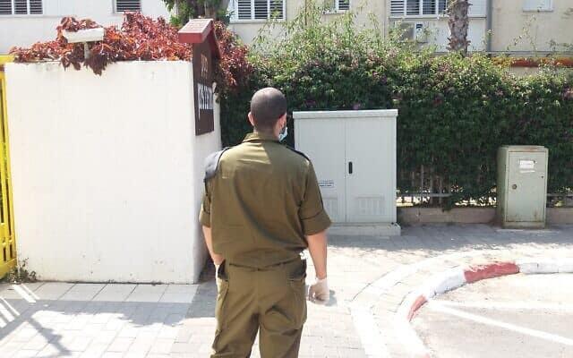 """חייל צה""""ל בכניסה לבית אבות של """"משען"""" בגוש דן (צילום: תני גולדשטיין)"""