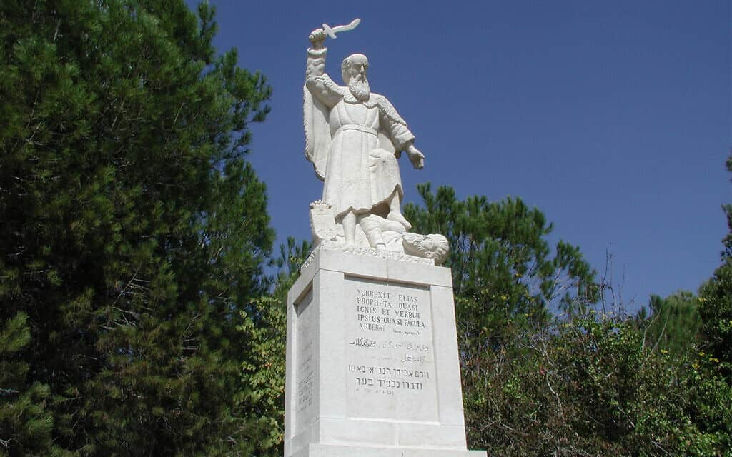 פסל של אליהו במוחרקה בצפון ישראל (צילום: שמואל בר-עם)