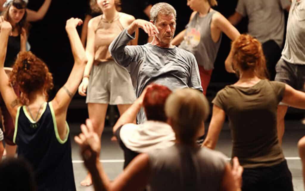 אוהד נהרין, במרכז, מעביר שיעור גאגא, שפת התנועה שהוא יצר (צילום: באדיבות גאגא)
