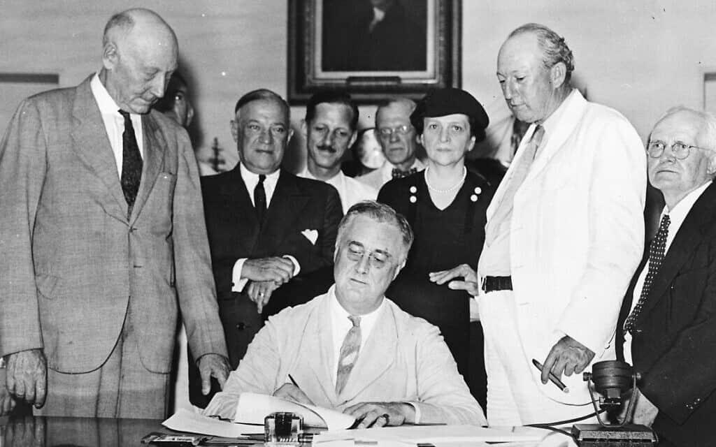רוזוולט חותם על חוק הביטוח הלאומי ב-14 באוגוסט 1935, ויקיפדיה