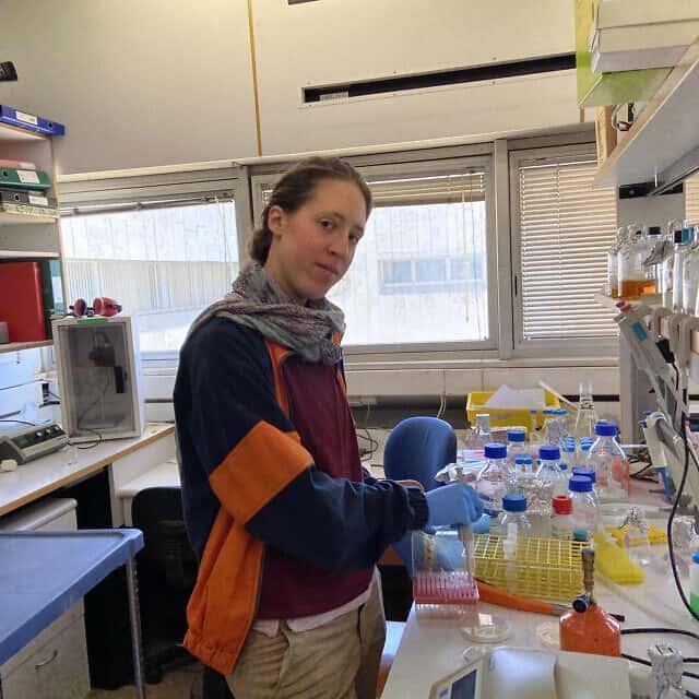 אריאלה שלו בעבודתה במעבדה של פרופ' שי ארקין באוניברסיטה העברית, 29 במרץ 2020 (צילום: זמן ישראל)
