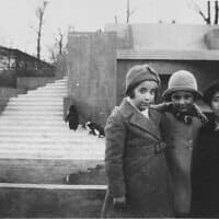 תמונה מלפני המלחמה שצולמה ליד בית הפינגווינים בגן החיות של אמסטרדם. בתמונה נראים ליאו וברטי שרפוס וחברתם רנה שאפ. ברטי ורנה נספו מאוחר יותר בשואה (צילום: מוזיאון ארצות הברית לזכר השואה)