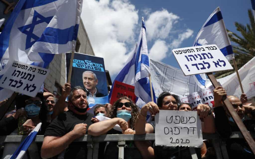 הפגנת תמיכה בנתניהו מחוץ לבית המשפט המחוזי בירושלים (צילום: יונתן סינדל / פלאש 90)