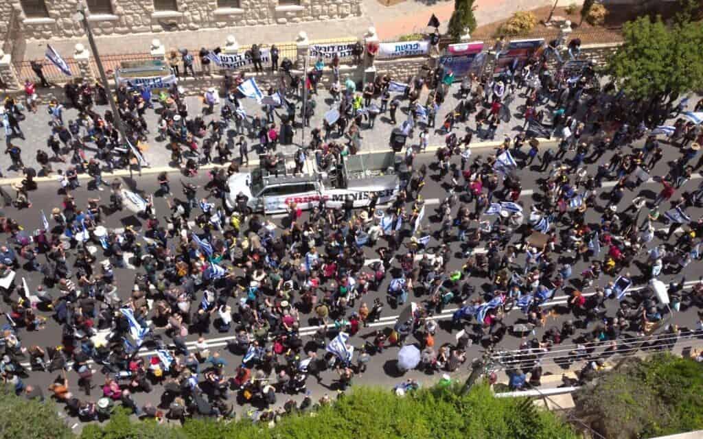 מחאת הדגלים השחורים מחוץ לבית ראש הממשלה בירושלים, היום (צילום: מחאת הדגלים השחורים)
