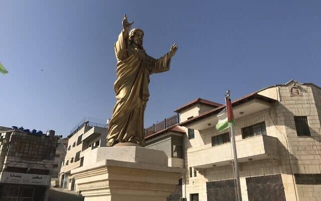 פסל ישו בכניסה לטייבה (צילום: אמיר בן-דוד)