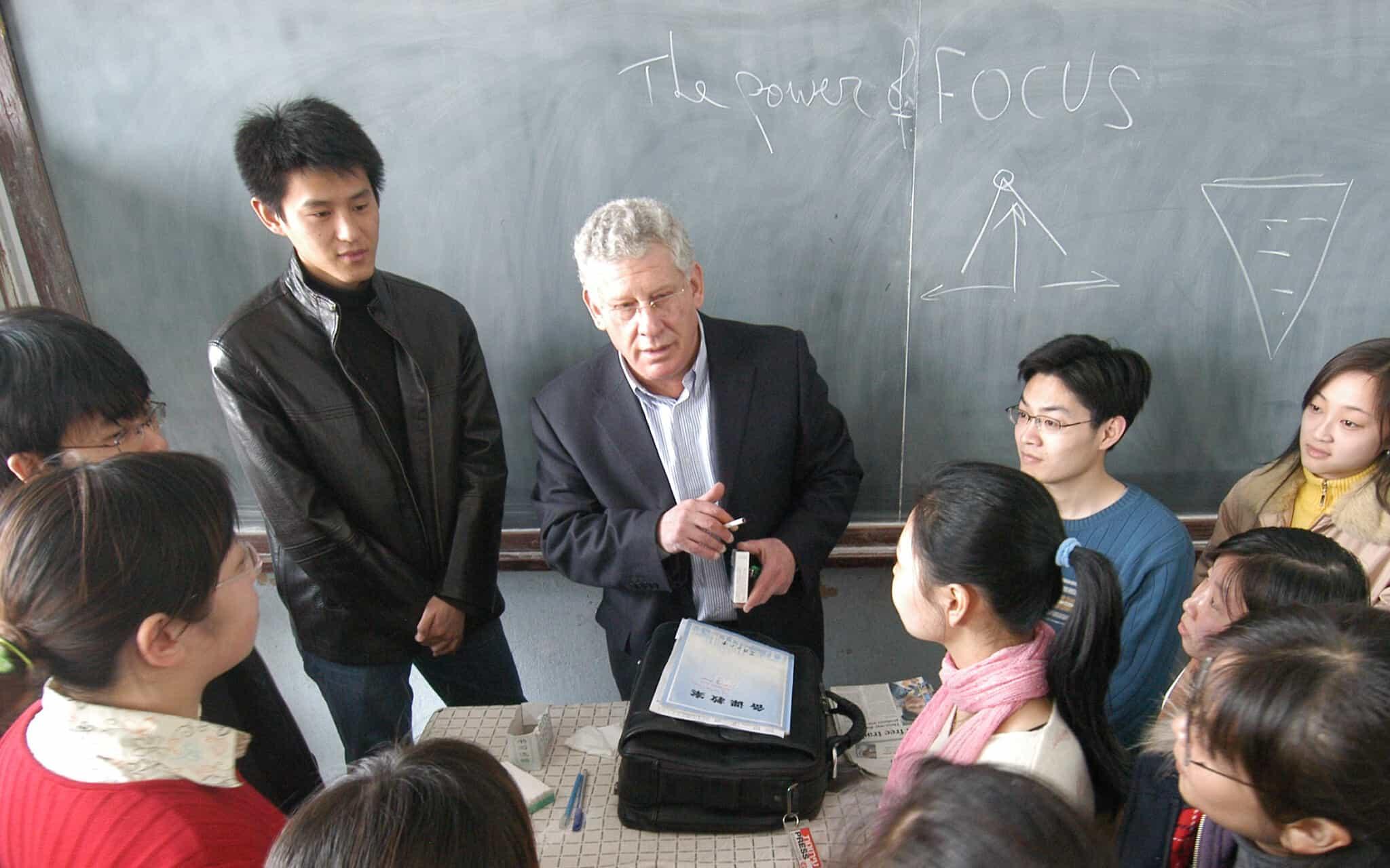 פרופ´ דן בן-כנען עםקבוצת תלמידים (צילום: Harbin Daily)