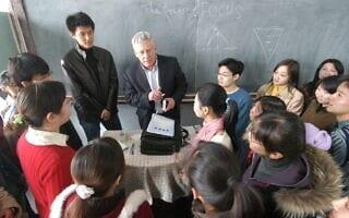 פרופ´ דן בן-כנען עםקבוצת תלמידים באוניברסיטה בחרבין (צילום: Harbin Daily)