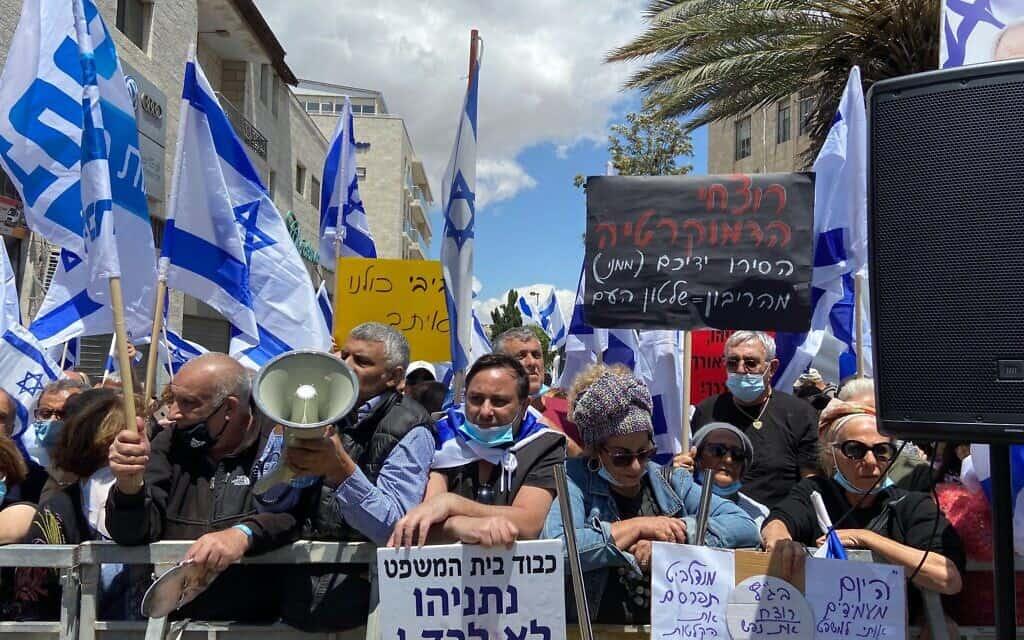 פעילי ליכוד וימין בהפגנת תמיכה בנתניהו מחוץ לבית המשפט המחוזי בירושלים, היום (צילום: Raoul Wootliff / The Times of Israel)