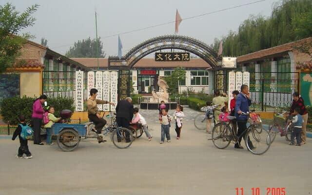 סבים וסבתות עם נכדיהם בשער בית הספר. בייג'ינג 2005 (צילום: יפעת פרופר)