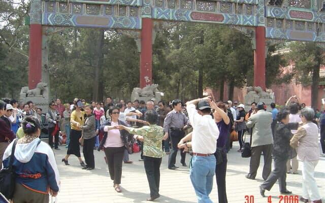 ריקודי זוגות לצלילי ולס מתקתק. בייגי'נג 2006 (צילום: יפעת פרופר)