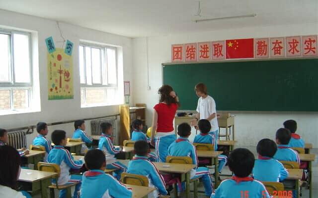 תלמידי בית ספר יסודי בכפר בפרברי בייג'ינג. 2006 (צילום: יפעת פרופר)