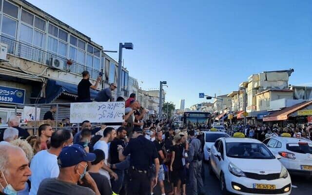הפגנה בשכונת התקוה במחאה על סגירת מועדון לנוער בסיכון