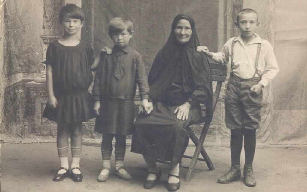 אתל, אמה של ספרן פויר, משמאל, עם אחותה הצעירה פשה, סבתן רוז, ובן דודן, פרייקה (צילום: באדיבות המרואיינת)