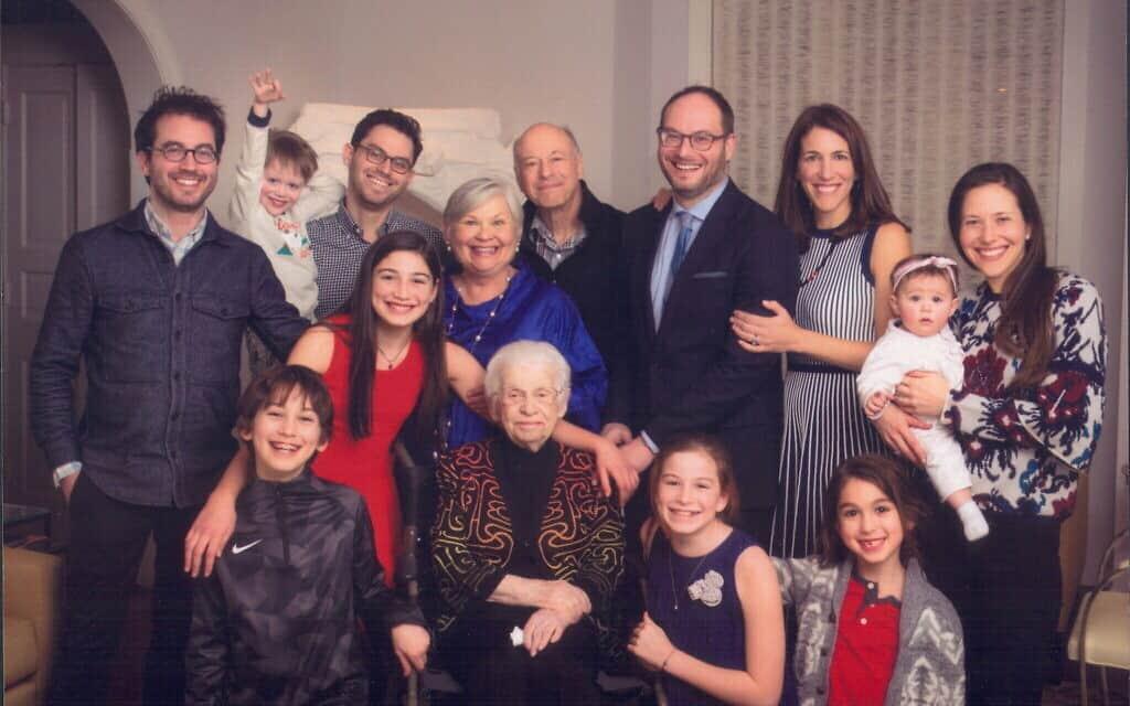 משפחתה של אסתר ספרן פויר בצילום רב דורי (צילום: באדיבות המרואיינת)
