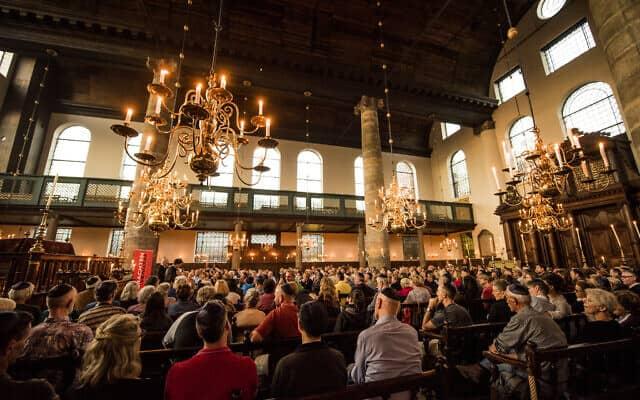 קהל מצטופף בהופעה בבית הכנסת, 17 באוגוסט, 2017 (צילום: כנען ליפשיץ)