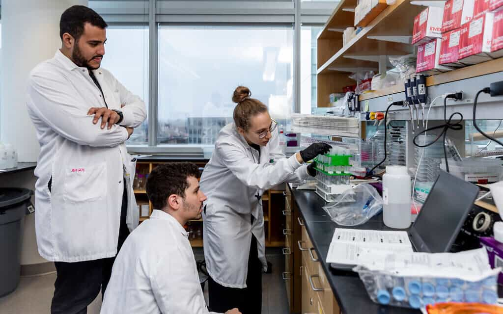 ג'ונתן גוטנברג ועומר אבודיה, עובדים במכון מק'גוורן לחקר המוח ב-MIT (צילום: McGovern Institute for Brain Research at MIT/ Photo by Caitlin Cunningham Photography)