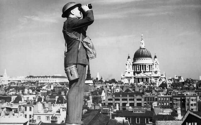 אילוסטרציה: צופה אוויר במהלך הקרב על בריטניה (צילום: רשות הציבור)