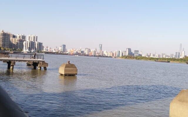 הנהר Huangpu שחוצה את שנגחאי לחלק מזרחי ולחלק מערבי. שנגחאי 2020 (צילום: יפעת פרופר)