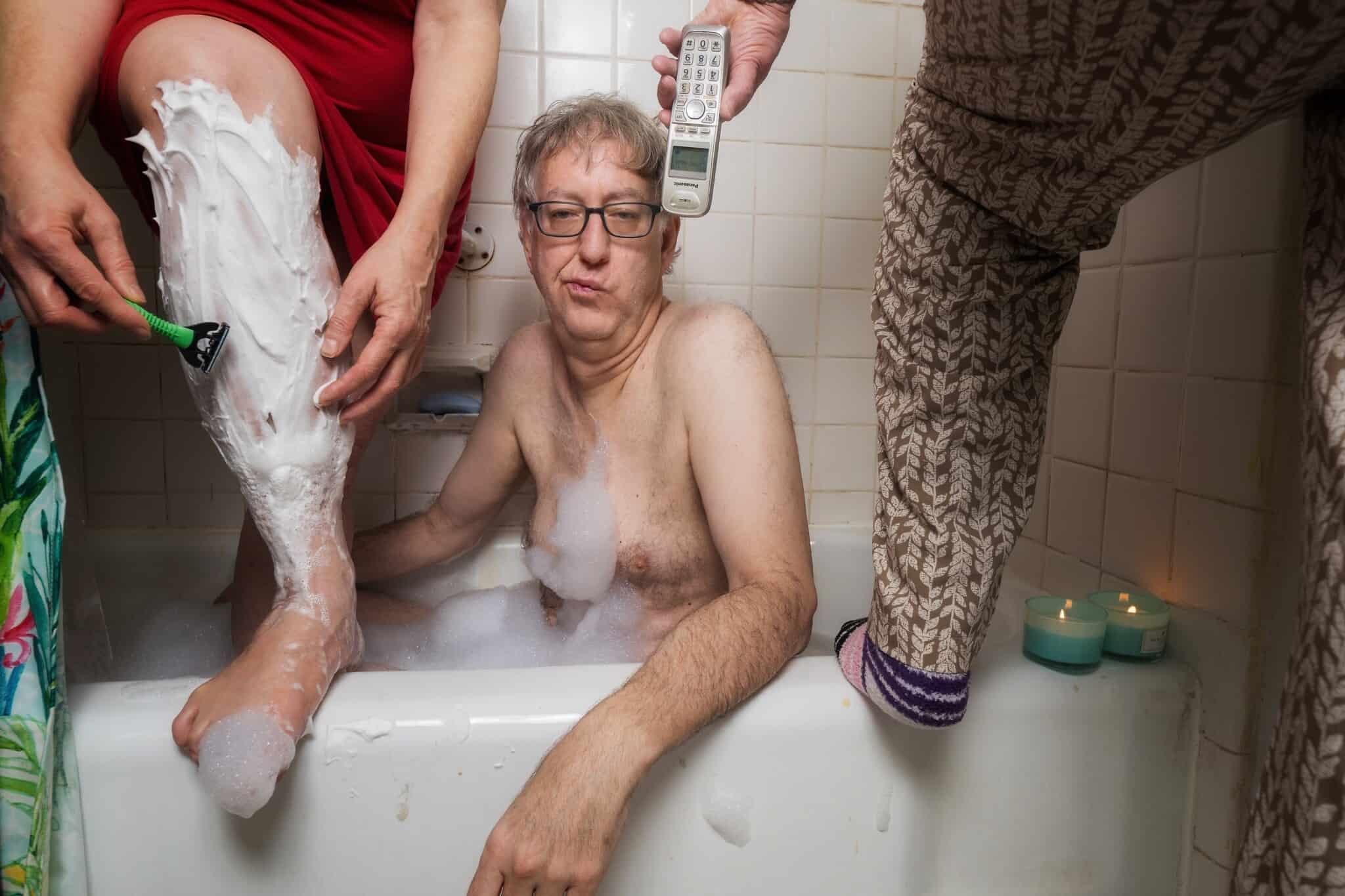 הכותב והצלם ניל קריימר באמבטיה בסגנון סגר, עם אמו וגרושתו מצטופפות סביבו (צילום: באדיבות קריימר)