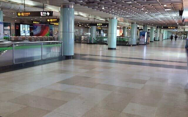 רכבת תחתית בשנגחאי בתקופת הקורונה. בימים רגילים עוברים בתחנה כמליון וחצי נוסעים ביום (צילום: יפעת פרופר)
