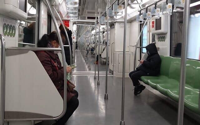 רכבת תחתית בשנגחאי בתקופת הקורונה. בימים רגילים עוברים בתחנה כמיליון וחצי נוסעים ביום (צילום: יפעת פרופר)